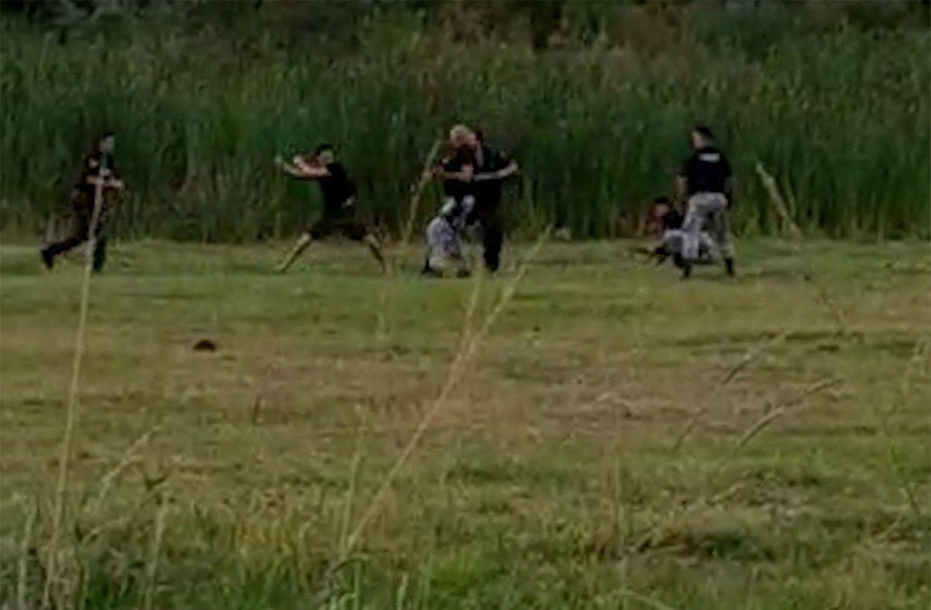 Descalzo y armado con cuchillos, un hombre atacó a policías en Cerro Largo