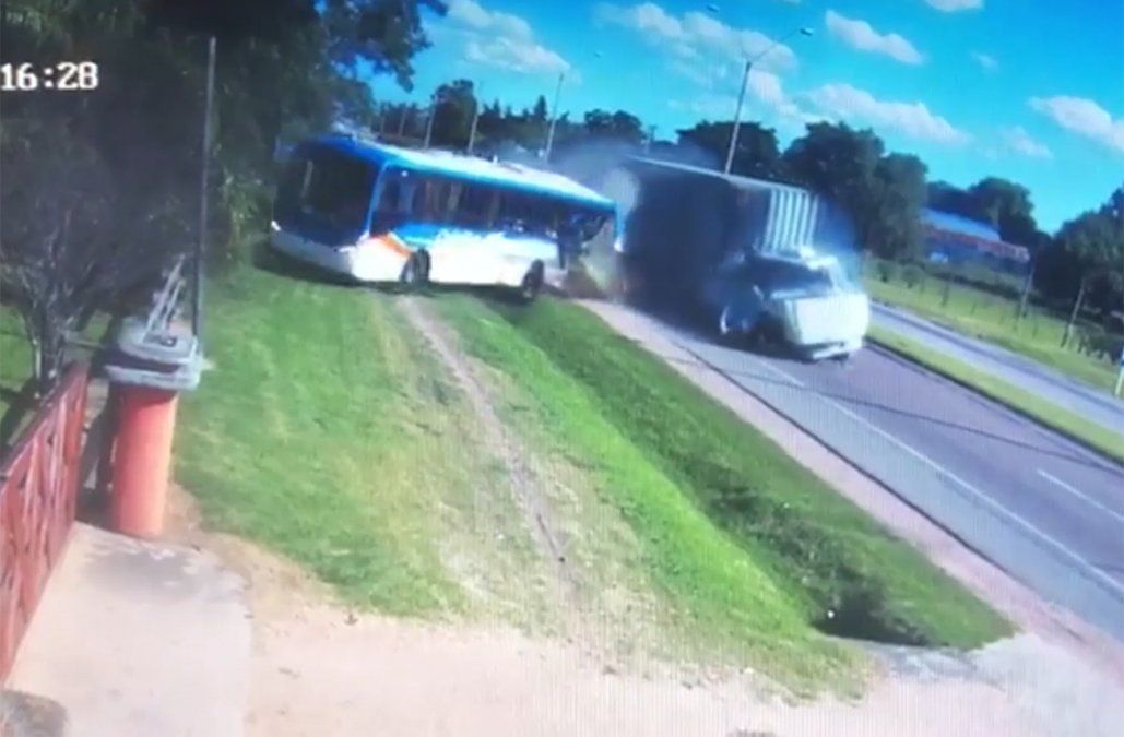 Cámara de seguridad captó el momento en que un camión chocó de atrás a un ómnibus