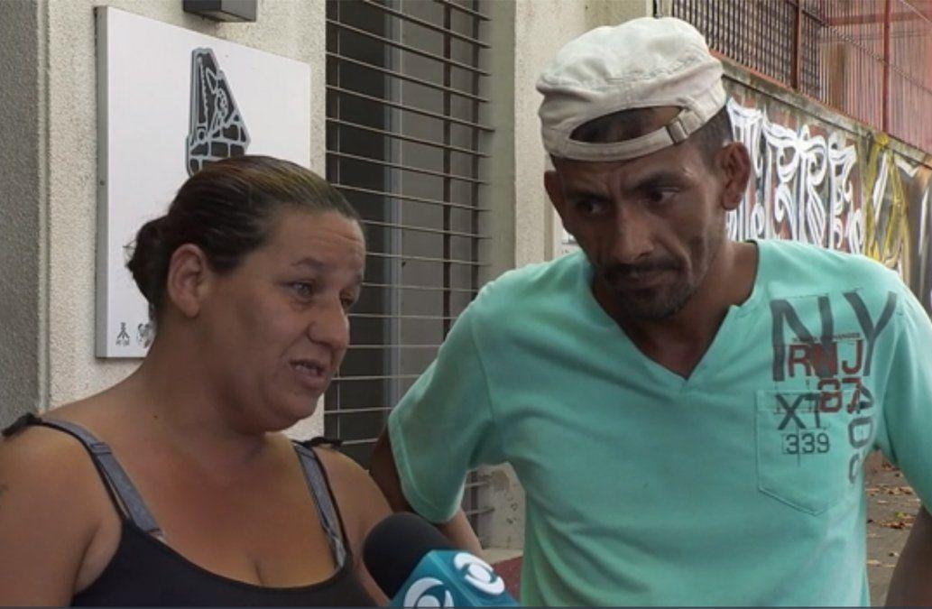 Pareja con un niño de 5 años está en la calle, sin trabajo, y pide ayuda