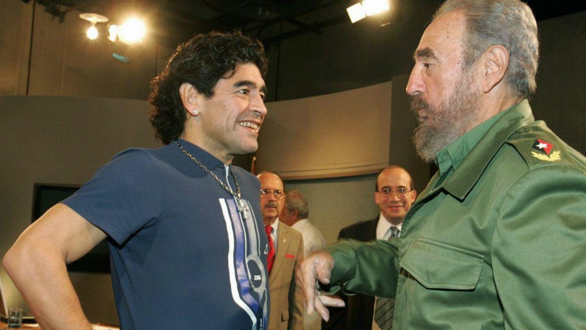 La relación de Maradona y Fidel se afianzó en los años 90. El estadista le tendió una mano cuando e exfubolista tuvo una crisis grave de salud en Punta del Este a principios de siglo