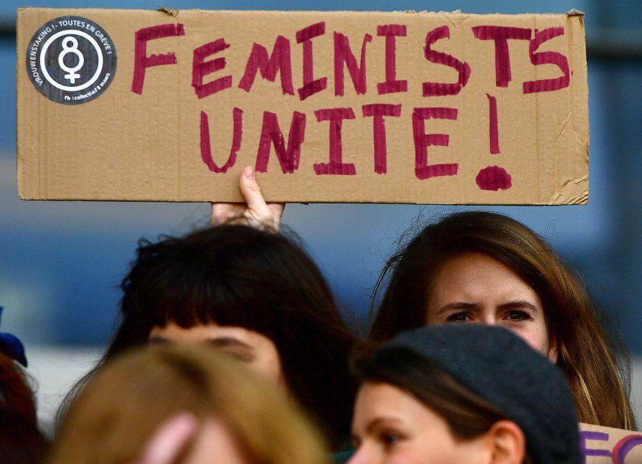 Unidad feminista! proclama un cartel de las integrantes del Parlamento Europeo en la entrada principal del organismo.