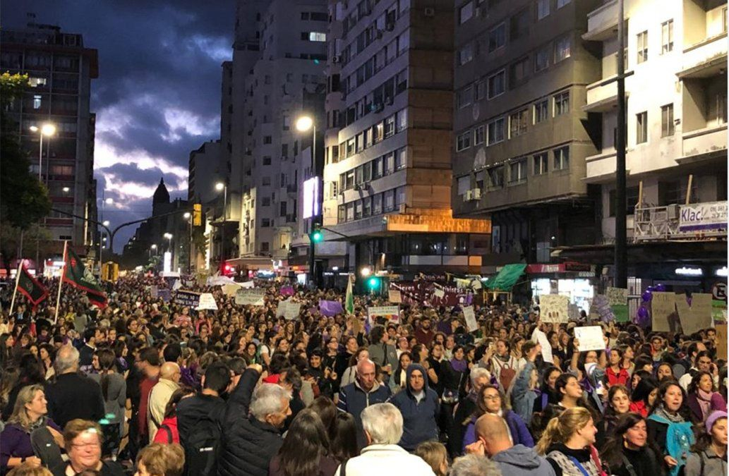 Se realizó multitudinaria marcha de las mujeres por el Centro de Montevideo