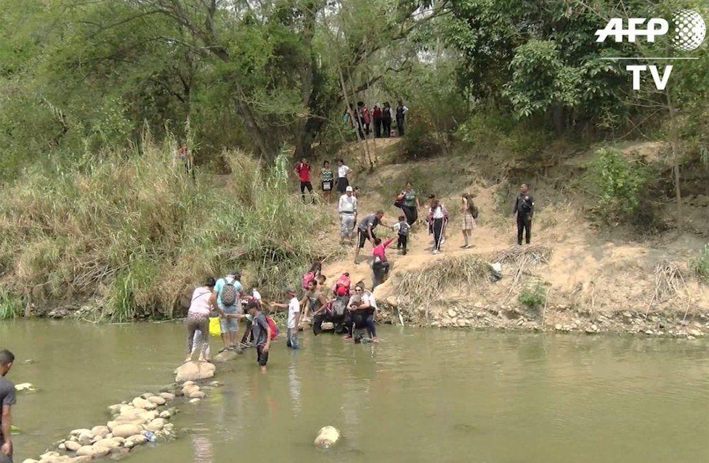 Niños venezolanos usan caminos ilegales hacia Colombia para ir a la escuela