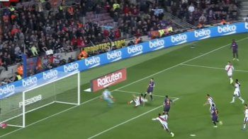 Suárez convirtió y quedó a un gol de alcanzar a Forlán en la Liga Española