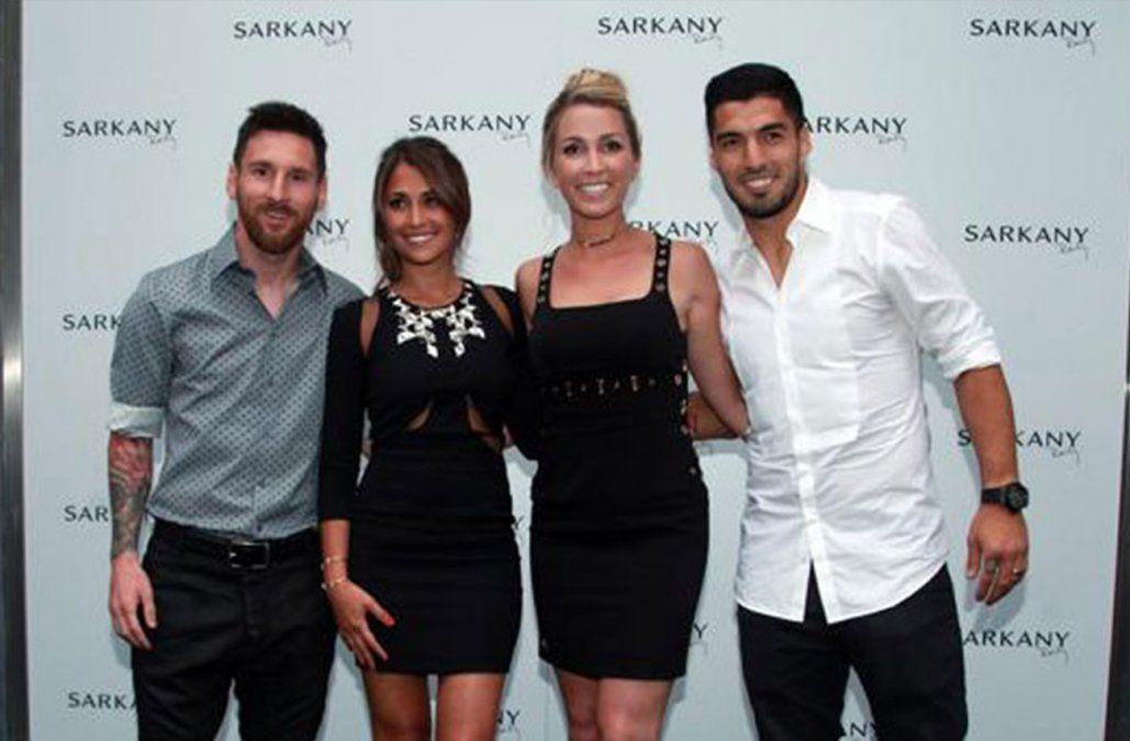 Foto: Leo Messi y Luis Suárez junto a sus esposas Antonela Roccuzzo y Sofía Balbi el día de la inauguración (Archivo).