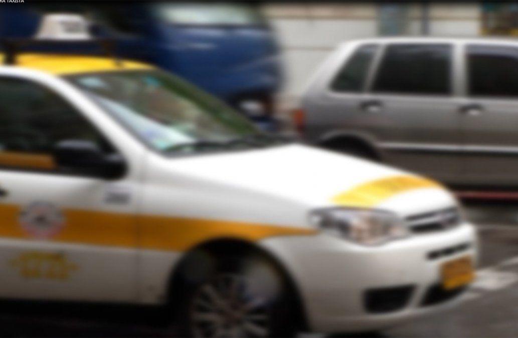 Una mujer denunció haber sido retenida por un taxista por varios minutos
