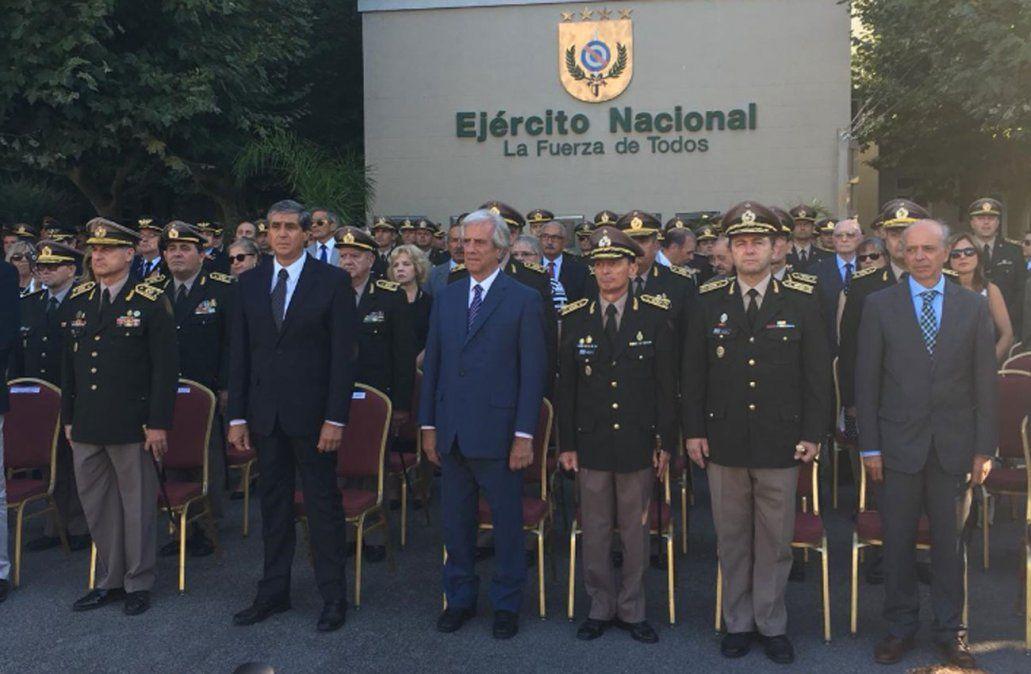 Foto: Tabaré Vázquez y a su izquierda el nuevo comandante