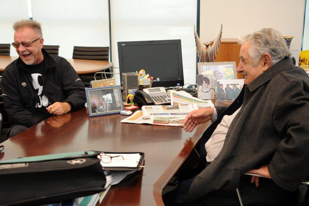 Leon Gieco recibido por Mujica en la Torre Ejecutiva en abril de 2013. El cantautor de Solo le pido a Dios será parte del lanzamiento de campaña