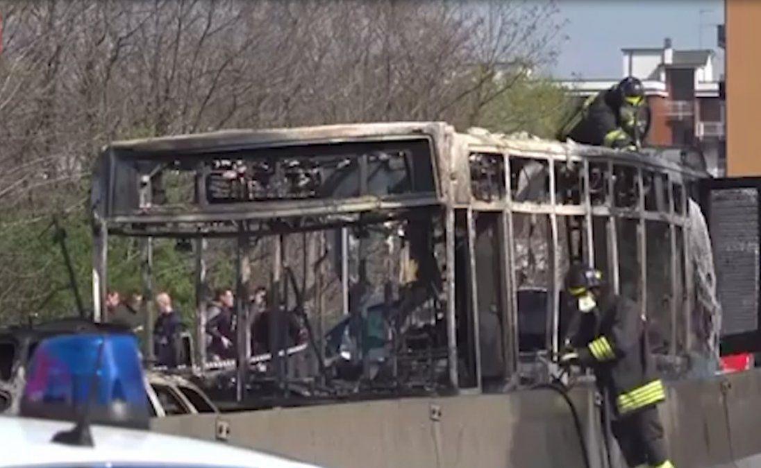 Chofer secuestró a 51 escolares y maestros en un ómnibus y luego lo incendió