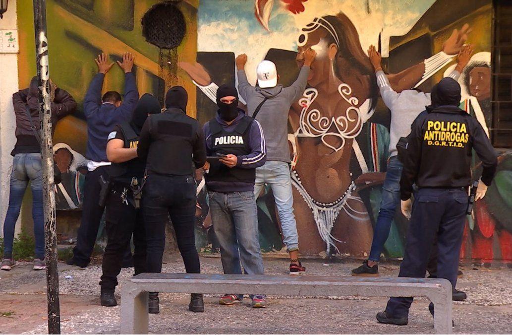 Dos delincuentes a prisión y cinco en libertad tras allanamientos en barrios Sur y Palermo