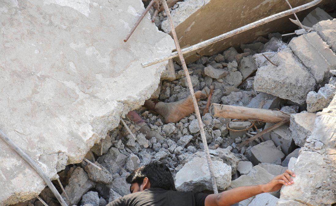 Sobrevivió 62 horas bajo los escombros de un edificio derrumbado en la India