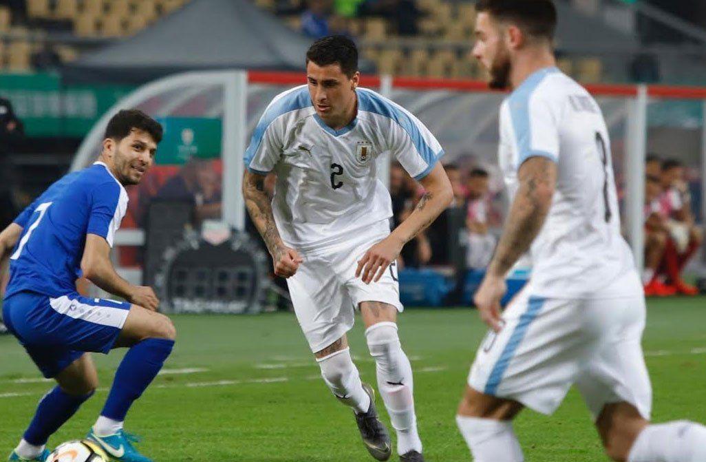 Josema Giménez atento en el despeje. Uruguay maneja los hilos del partido