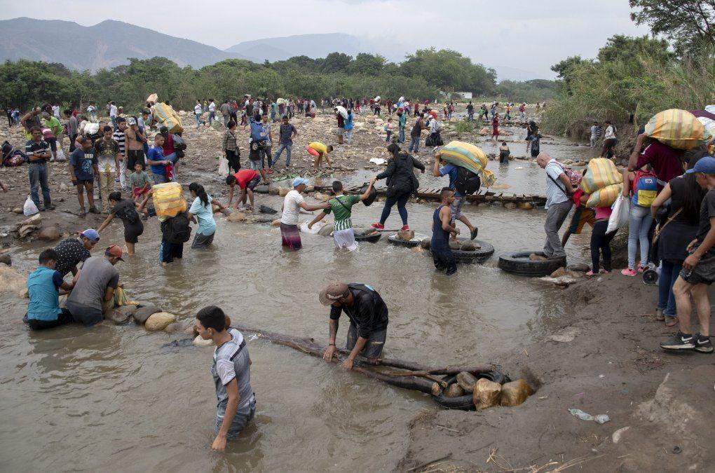 La gente cruza de Calulta (Colombia) a San Antonio del Tachira (Venezuela) después de comprar bienes para revender