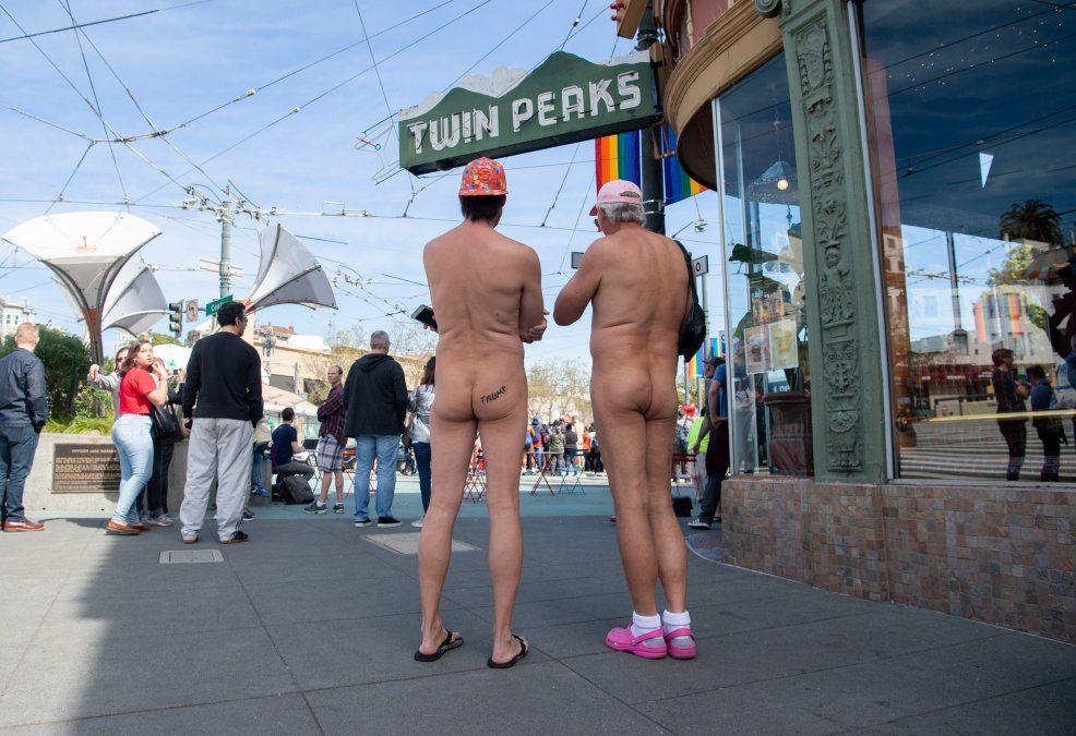 Nudistas esperan frente a un café el comienzo del Nude Love Parade en San Francisco.