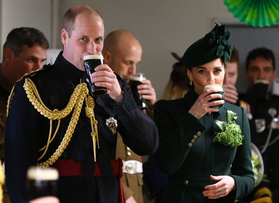 El príncipe William y la duquesa de Cambridge Catherine disfrutan de una pinta de Guinnes en el St Patrick´s Day.