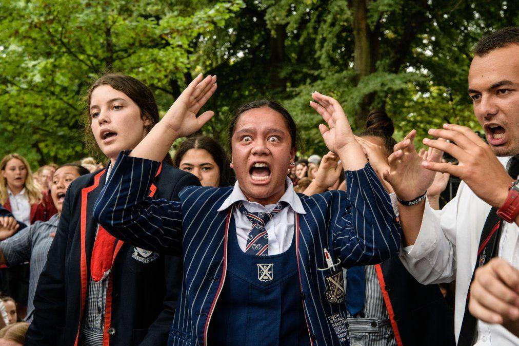 Estudiantes escolares realizan un Haka durante una vigilia en Christchurch
