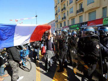 """Masivo despliegue policial en Francia por protestas de los """"chalecos amarillos"""""""