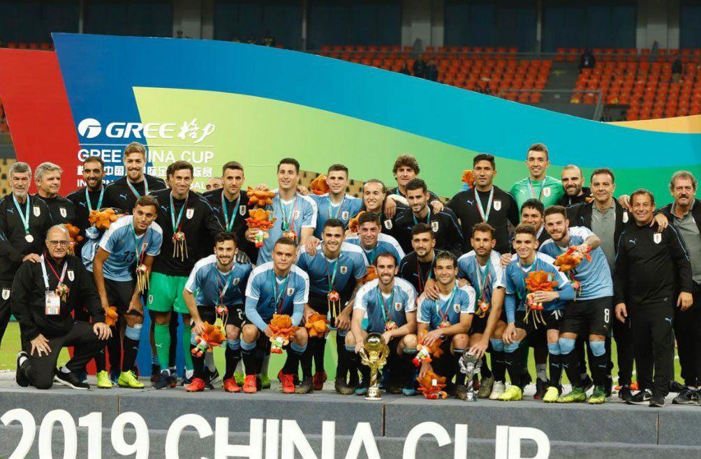 El plantel recibiendo la copa y las medallas en elGuangxi SportsCentre