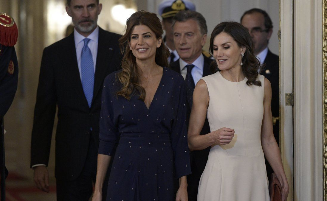 Los reyes de España tuvieron que esperar una hora en el avión porque no había escalera