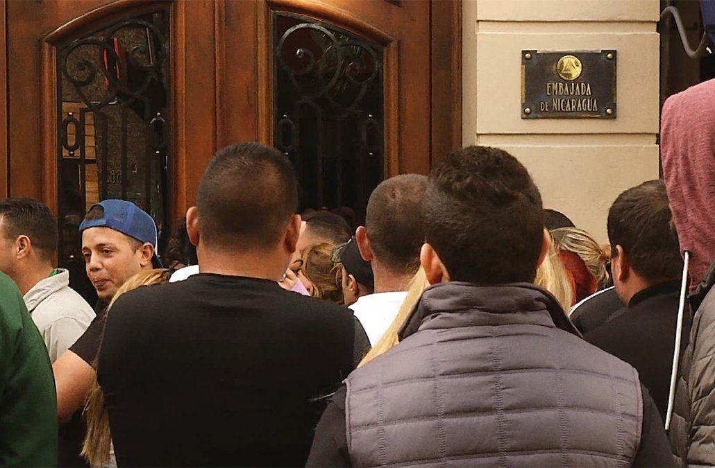 Cubanos desencantados con Uruguay acampan frente a la embajada de Nicaragua por una visa para irse