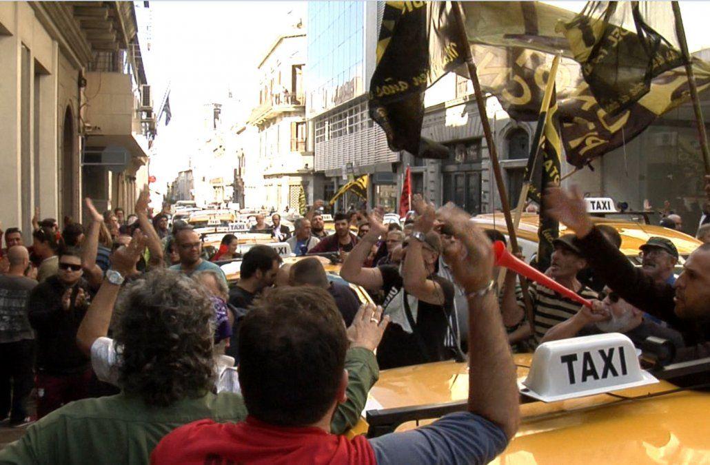 Taxistas bloquean varias calles de la Ciudad Vieja en protesta contra Uber
