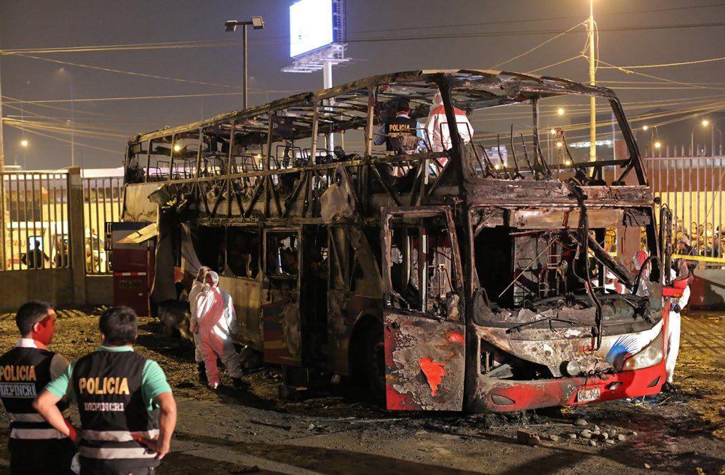 Al menos 20 muertos en el incendio de un ómnibus en Lima