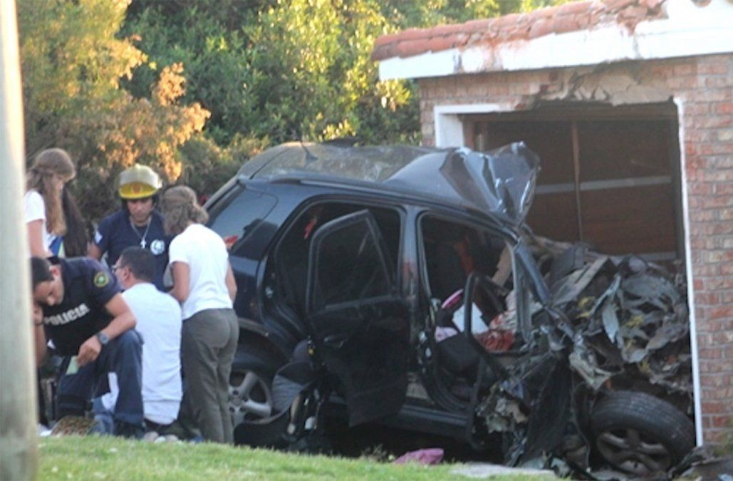 Auto se incrustó en una casa en el camino al cerro San Antonio y dejó a dos personas graves
