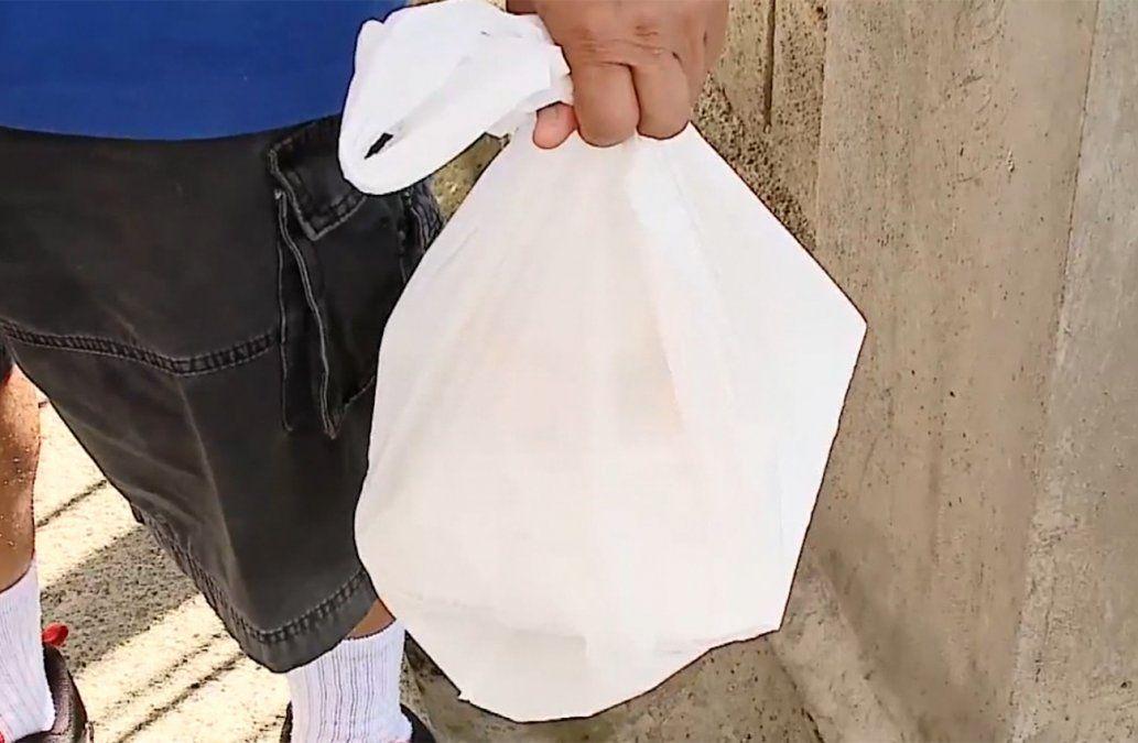 Consumo de bolsas plásticas se redujo un 50% por cobro en los comercios.