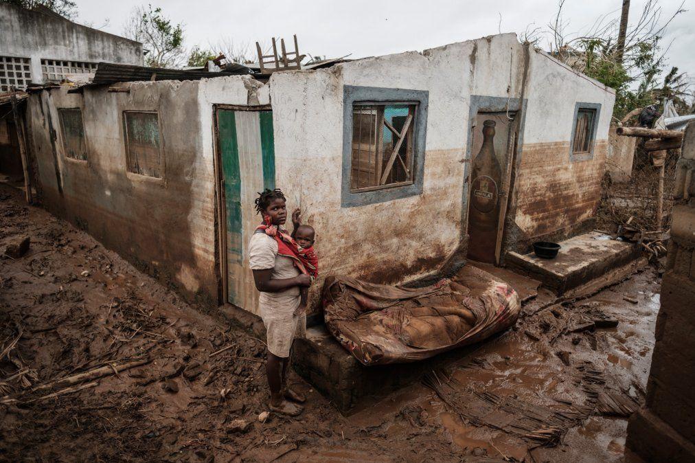 Una mujer de 27 años y su hijo de apenas uno posan frente a su casa destruída y cubierta de barro tras el ciclón que golpeó Mozambique.