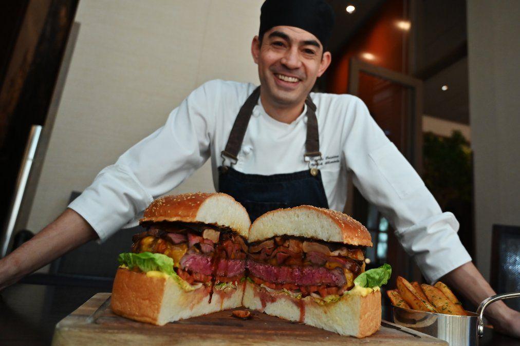 El chef Patrick Shimada posa junto a una hamburguesa de 3 kilos en Tokio.