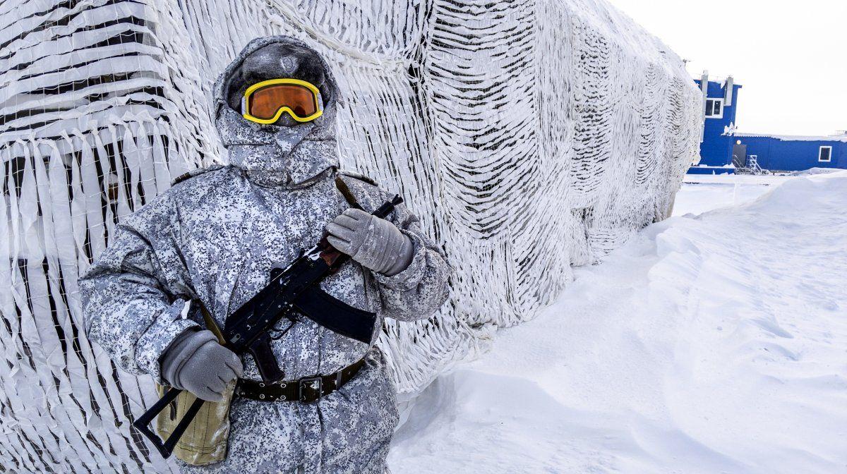 Un soldado sostiene un arma mientras patrulla la base rusa norte en la isla Kotelny más allá del círculo Ártico.