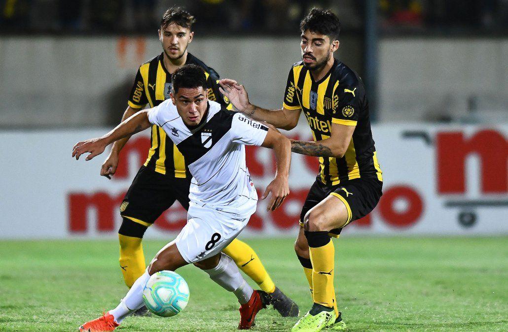 Con gol del argentino Lema, Peñarol derrotó 1-0 a Danubio y lidera el Apertura