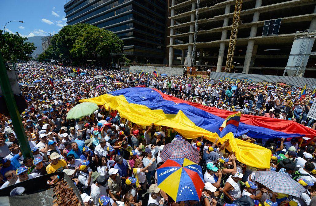 Guaidó puso en marcha la operación libertad y Maduro pidió a Uruguay y México retomar el diálogo