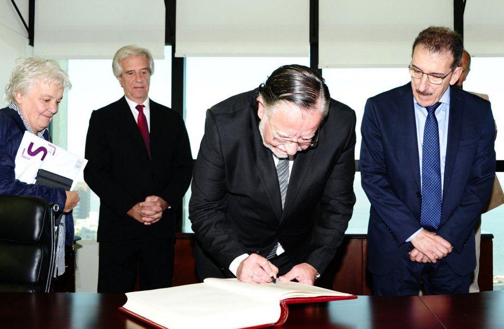 Bayardi firma como ministro de Defensa el 8 de abril de 2019