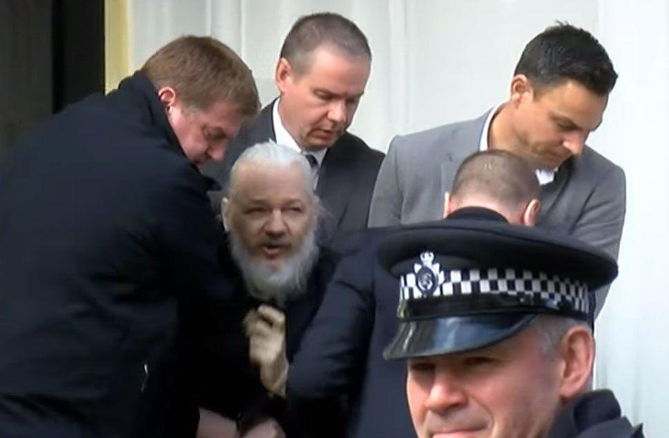 Aassange es sacado a la fuerza del recinto diplomático en Londres.