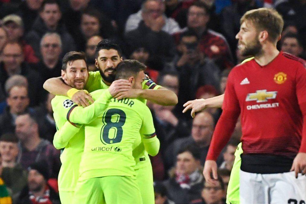 Suárez cabecea centro de Messi y va adentro. Como toca en Shaw le tanto se le adjudicó el tanto.
