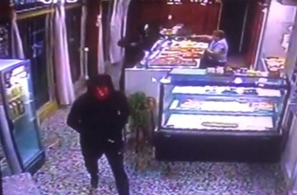 Usando máscaras de terror delincuentes asaltaron una panadería en Curva de Maroñas