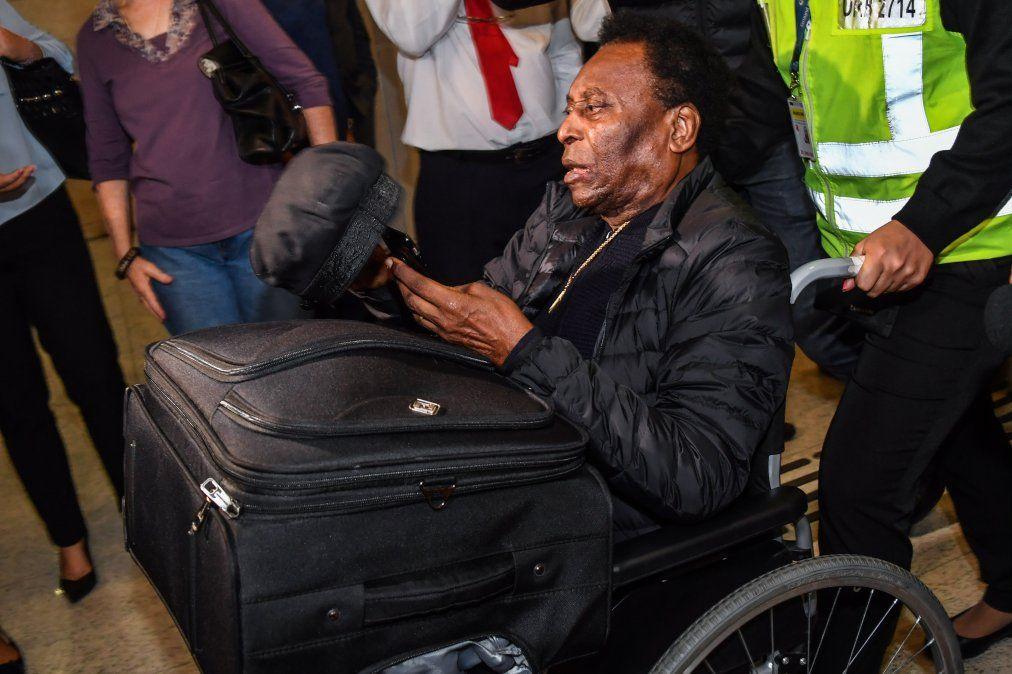 Pelé llega al Aeropuerto Internacional de Guarulhos en San Pablo.