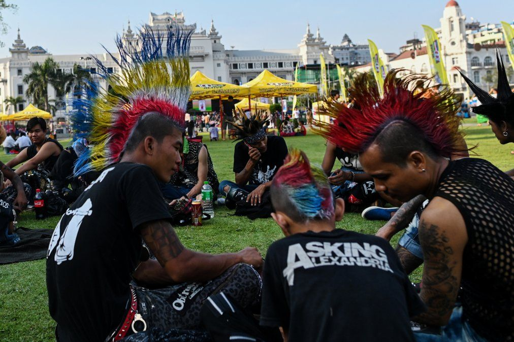 Los punks se reúnen para celebrar la víspera del festival acuático de Año Nuevo de Myanmar
