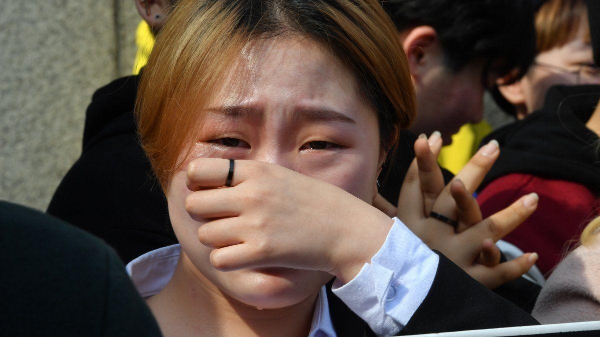 Una activista surcoreana llora emocionada luego que la corte aprobara la despenalización del aborto.