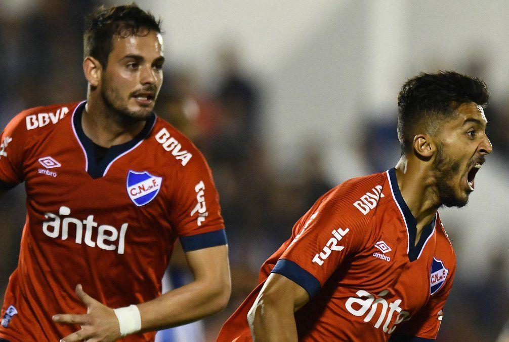 Kevin Ramírez festeja su primer gol desde el regreso a Nacional. El delantero es resistido por la hinchada.