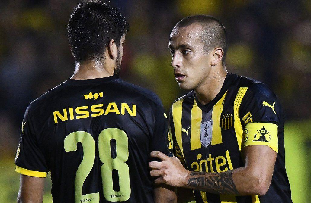Guzmán Pereira fue capitán e hizo su primer gol en Peñarol. Fue el quinto de su carrera. El anterior fue en la U de Chile. Acá le da indicaciones a Lucas Viatri