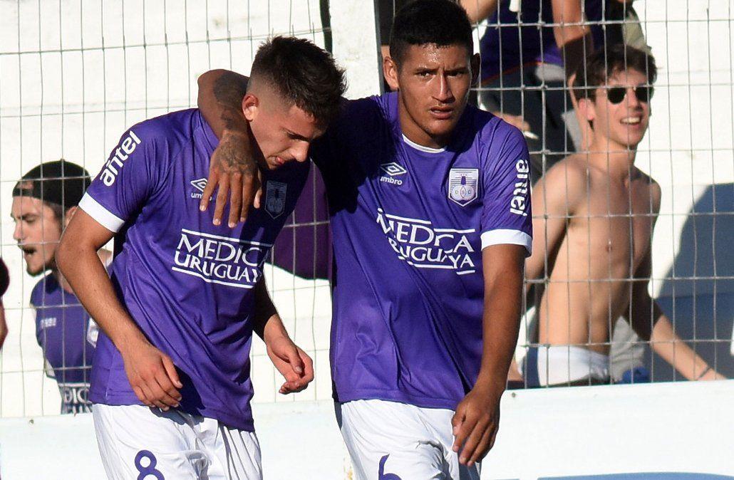 A los 41 del primer tiempo Gonzalo Napoli convierte la apertura del marcador ante Danubio. Los violetas siguen en el fondo de la tabla tras el empate del sábado