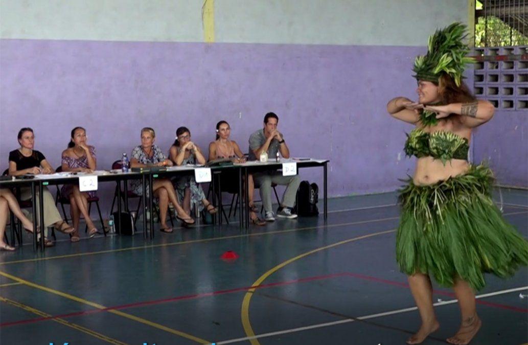 En la Polinesia, las tahitianas aprueban el bachillerato bailando