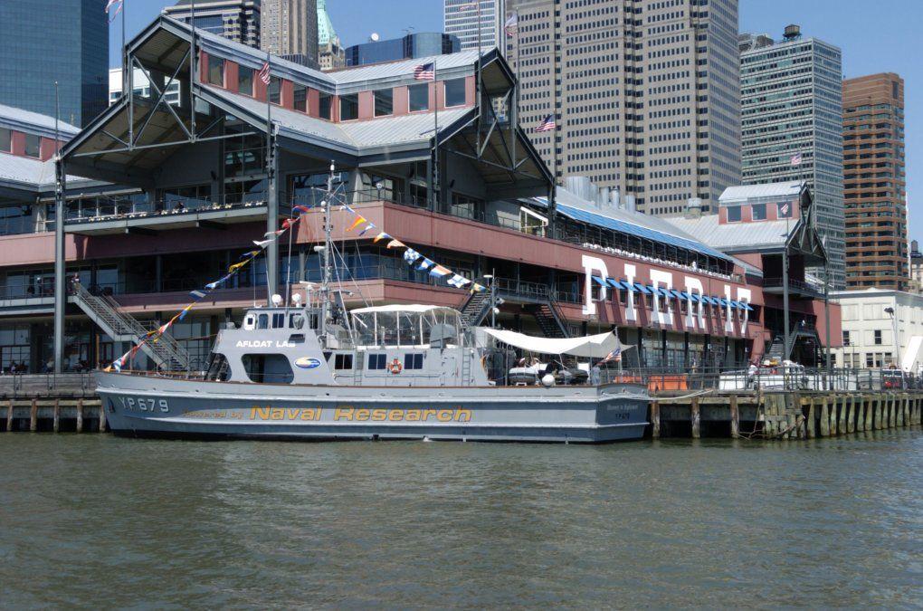 Muelle 17 de Nueva Yprka escasos metros del Brooklyn Bridge y Wall Street. La ciudad usa su plataforma fluvial para ir de un lado al otro. Alrededor de los muelles hay centros de compra y restoranes.