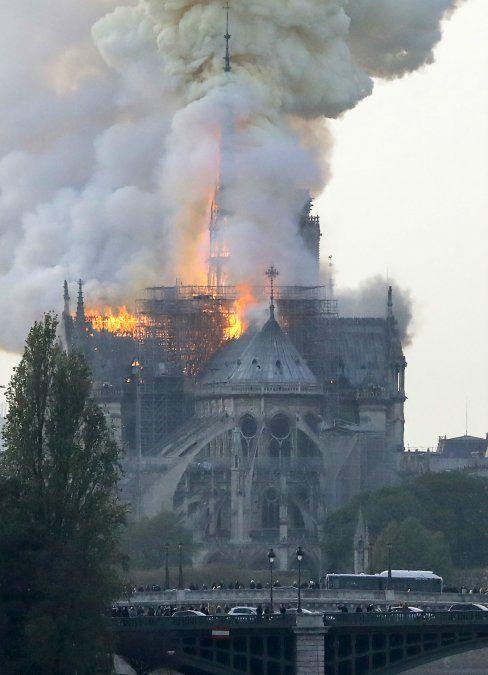 No es seguro que se pueda salvar la catedral de Notre Dame, dice ministro del Interior