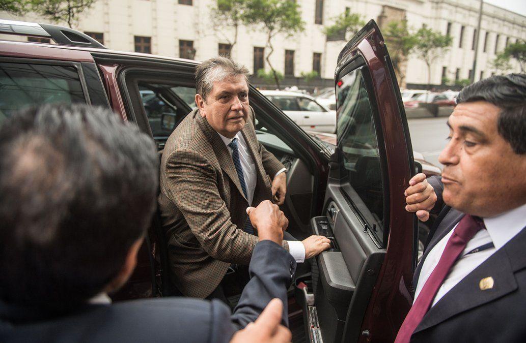 Ex presidente de Perú, Alan García, se disparó en la cabeza tras recibir orden de detención