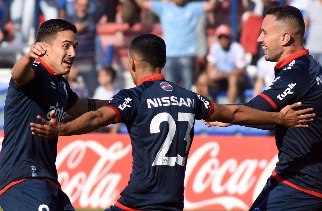Santi Rodríguez (camiseta 23) es el foco de atención en Nacional por su regreso. Amaral y Gabriel Neves celebran junto a él. Los tres serán titulares ante Fénix.