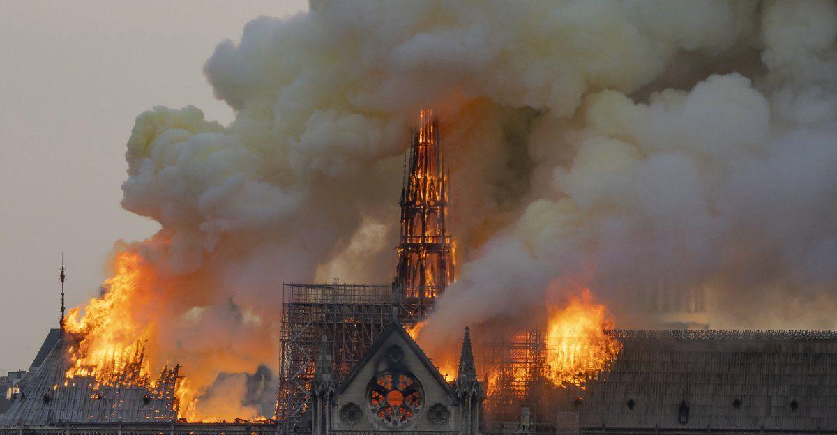Intensas columnas de humo mientras la llamas arden a través del techo de la Catedral Notre Dame de París