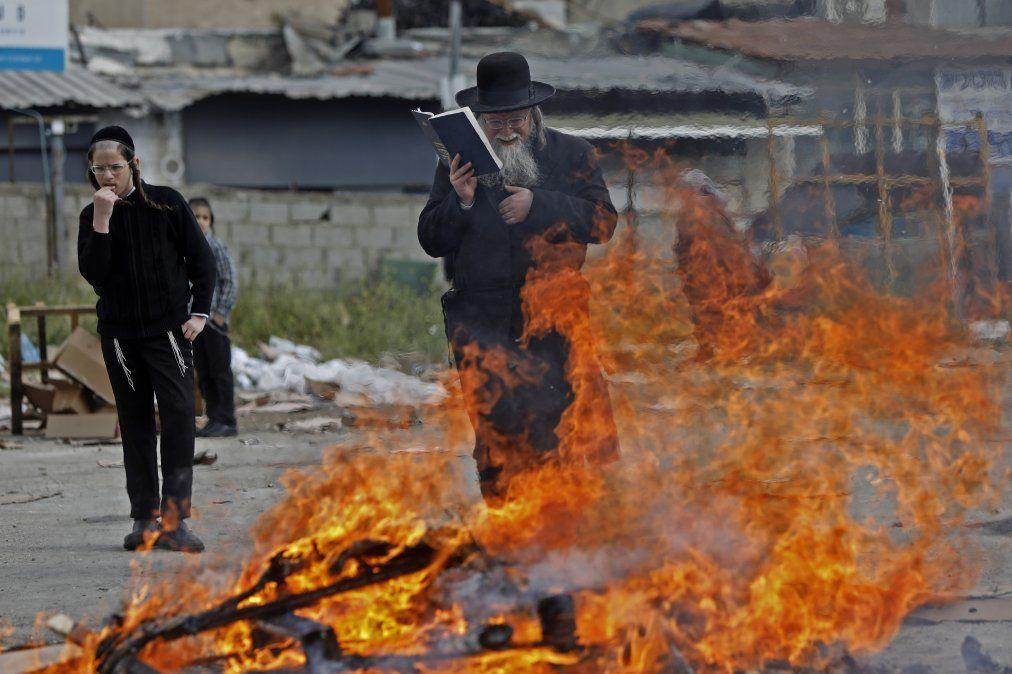 Judíos ultraortodoxos quema elementos durante el ritual de Biur Chametz en Jerusalén